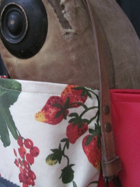 Sac FELICIE n°24 en coton enduit imprimé fraise et simili cuir rouge