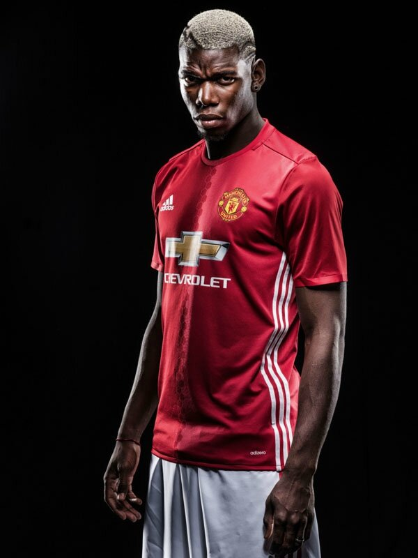 PAY-Paul-Pogba-poses-after-signing-for-Manchester-United