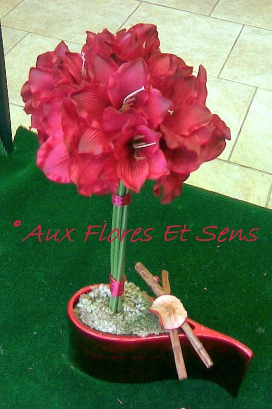 Composition d'amaryllis artificielles rouges