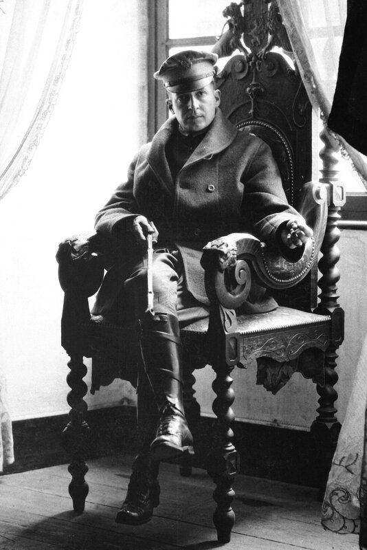 Douglas_MacArthur,_Army_photo_portrait_seated,_France_1918