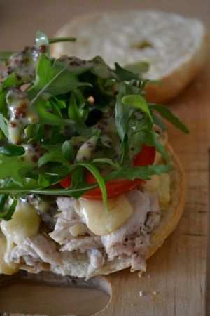 Bagels poulet + cheddar + tomate + roquette + sauce moutarde-miel + cream cheese (5)