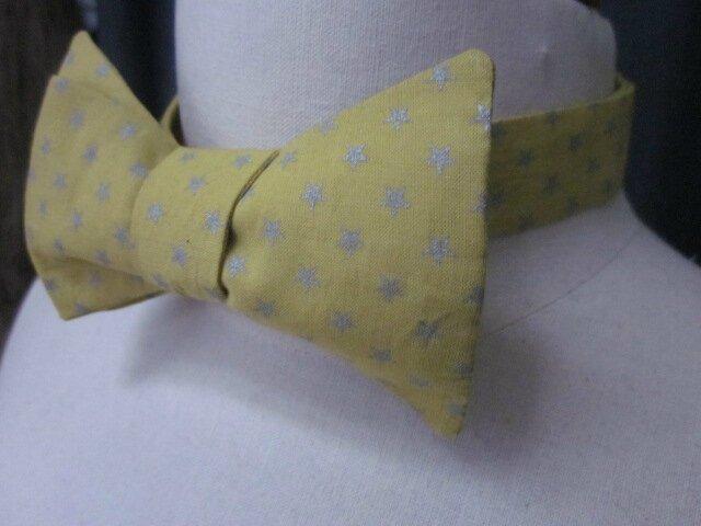 Véritable noeud papillon en coton jaune banane imprimé étoiles argent (3)