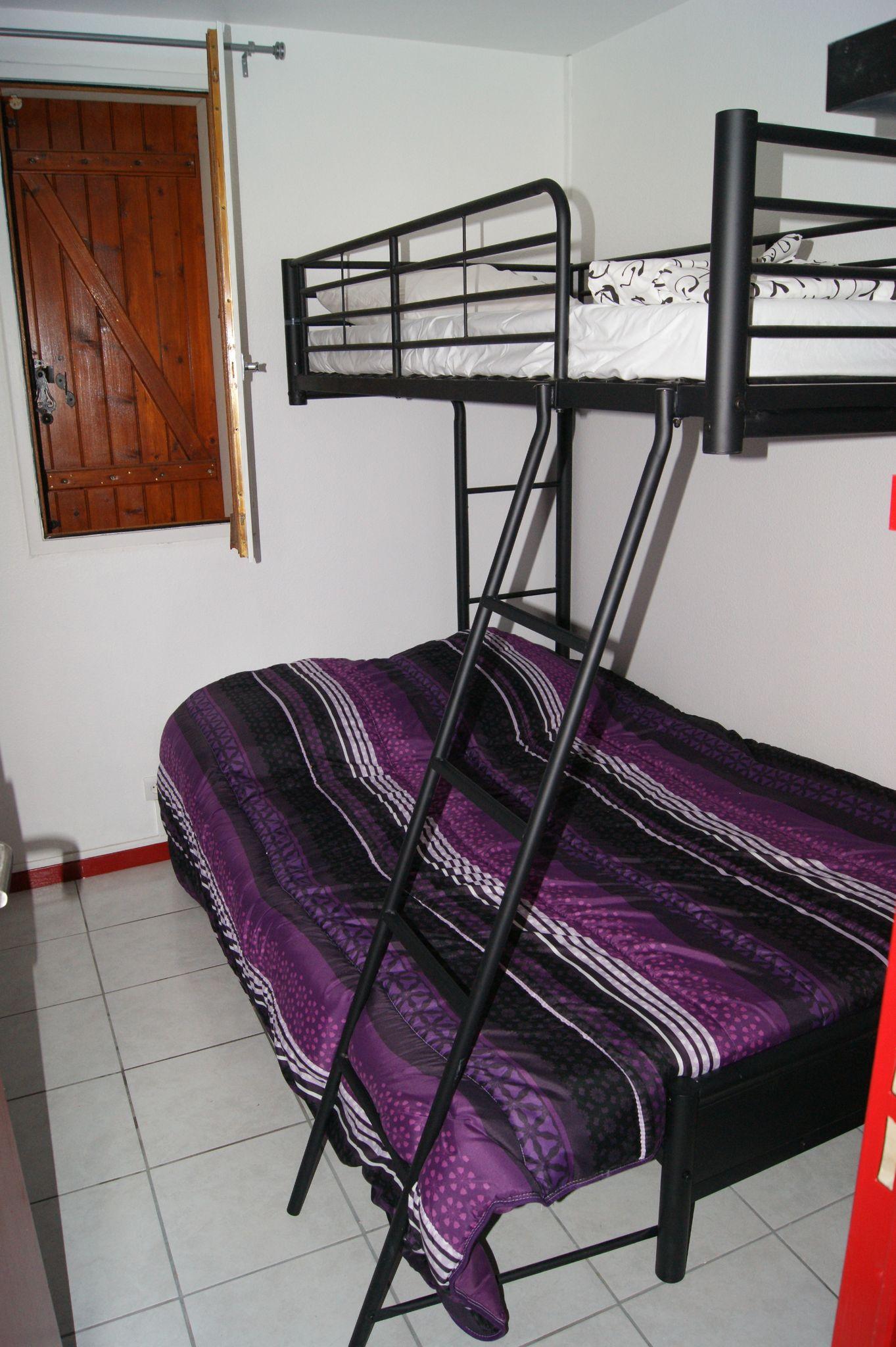 la chambre avec un lit mezzanine 3 couchages appartement grande bleue a port leucate. Black Bedroom Furniture Sets. Home Design Ideas