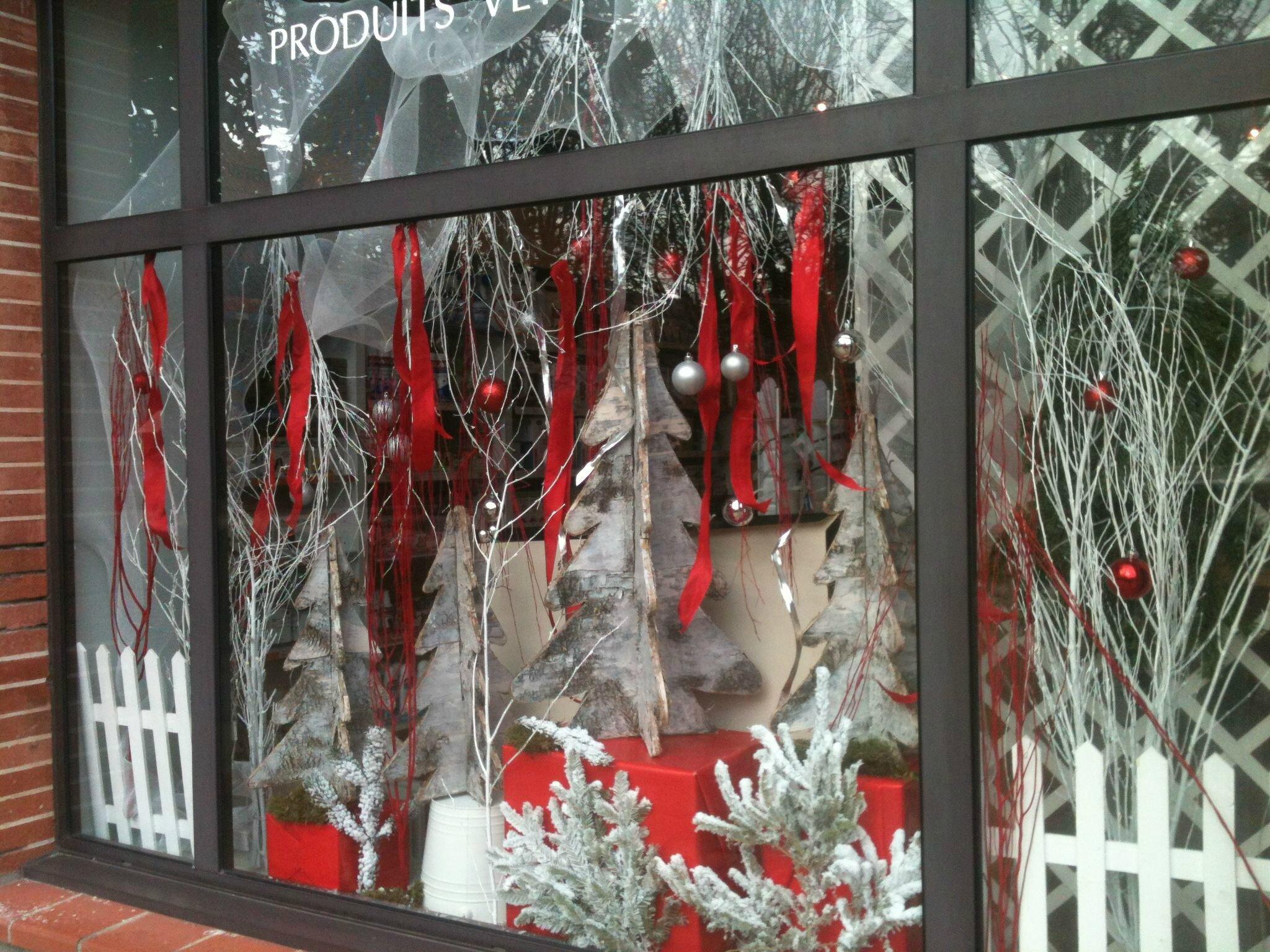 Vitrine de noel rouge ou bleu vert autrement - Idee deco vitrine noel ...