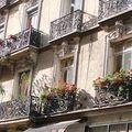 les façades fleuries, balcons ouvragés, détails sculptés