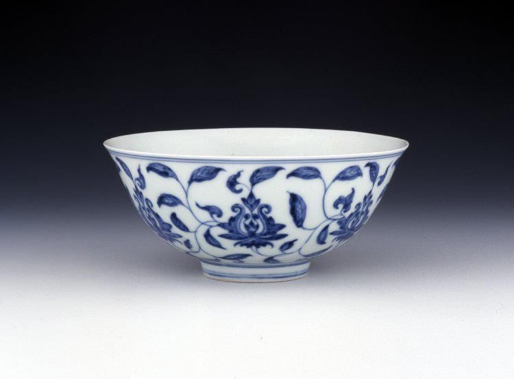 Porcelain 'palace bowl' with underglaze blue decoration. Ming dy