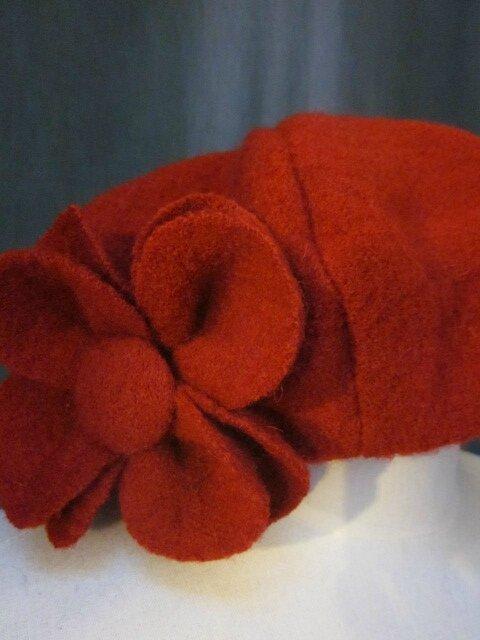 Trois chapeaux AGATHE en laine bouillie rouge avec fleur pour le Vestiaire...