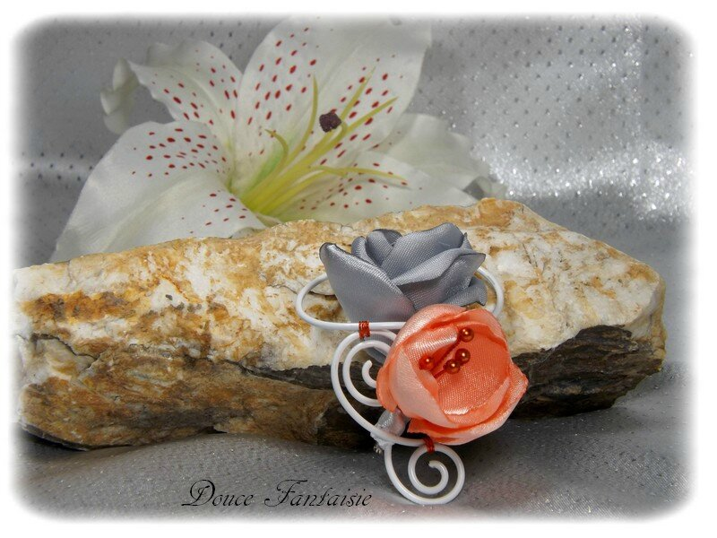 Boutonnière gris orange