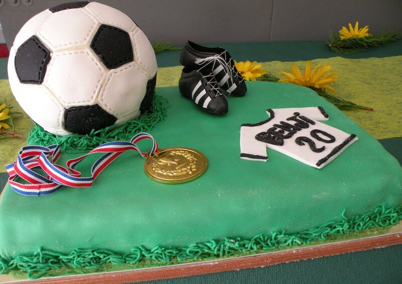 Gateau ballon de foot pate a sucre home baking for you for Idee deco trackid sp 006