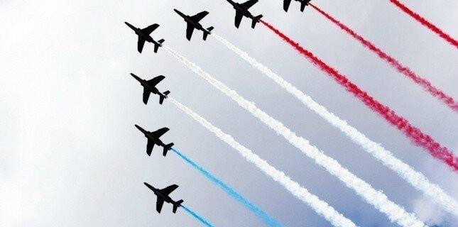 14 juillet parade avions bleu blanc rouge