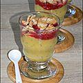 Compote pomme, ananas et graines de chia en verrines healthy avec écrasé de framboises et biscuits épeautres
