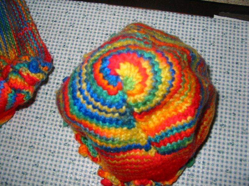 Chapeau qui accompagne le chandail multicolore pour Mimi
