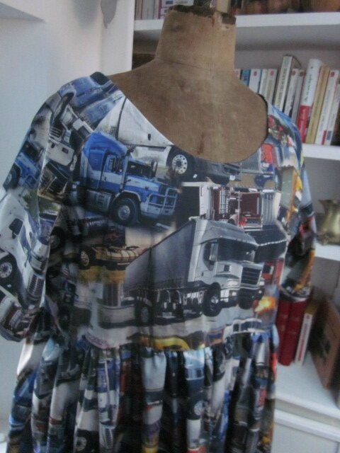 Robe RAYMONDE en coton imprimé ''belle comme un camion'' - manches raglan - longueur genoux - taille unique (18)