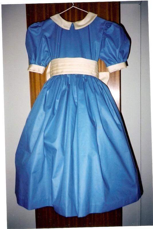 Robe bleue,ceinture ivoire