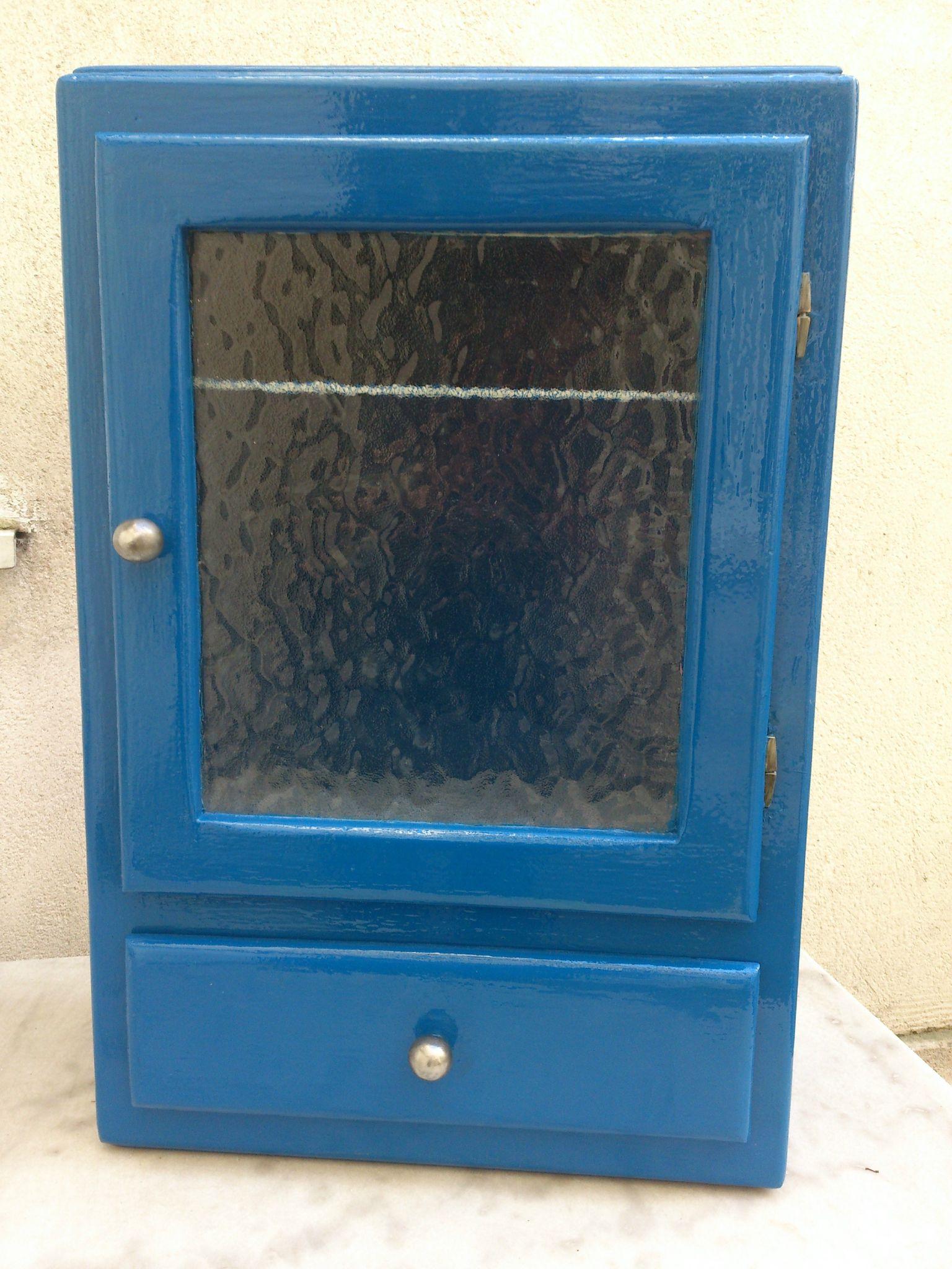 mobilier : placard mural bleu