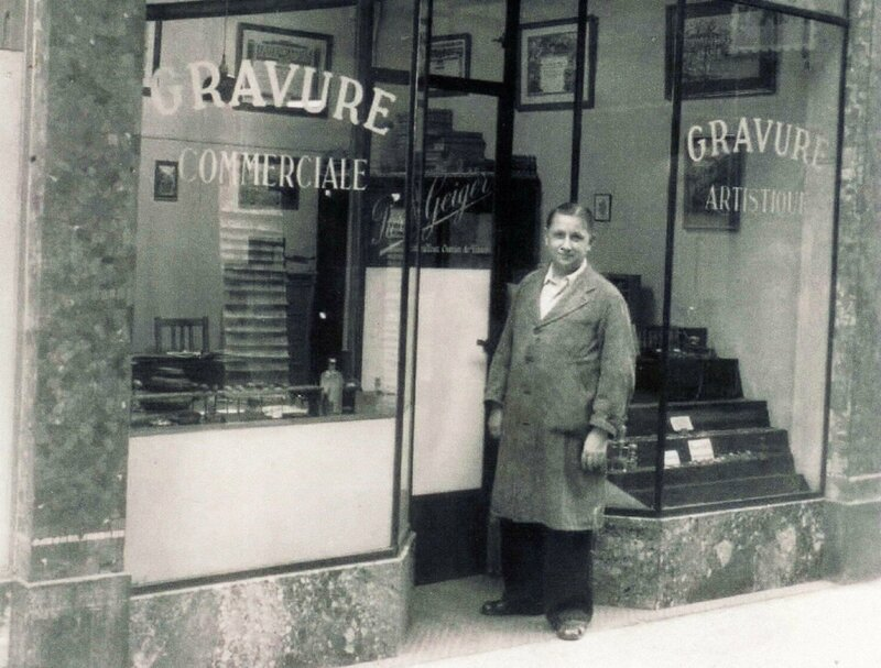 (Photo 1) En 1951, le graveur Pierre Geiger devant son magasin nancéi - Copie