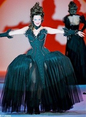 Mode_dossier_exposition_versailles_tendance_histoire_Thierry_Mugler_robe_noire_galerie_principal