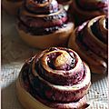 Escargots briochs au coulis de mres et brisures de speculoos