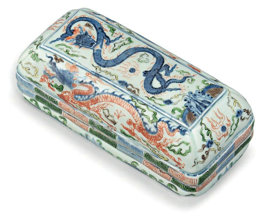 A wucai rectangular 'dragon' box and cover, Ming dynasty (1368-1644)