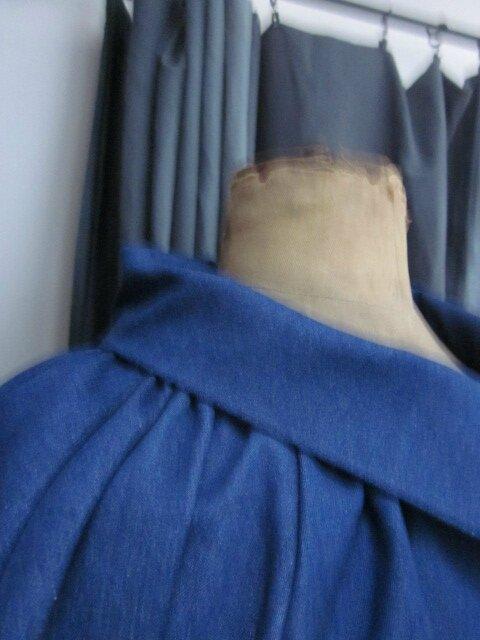 Veste en jeans souple coton et lycra bleu froncée sous un large col, manches trois quart raglan (4)