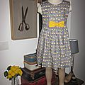 Robe OCTAVIE en coton gris imprimé oiseaux - noeud et boutons recouverts en coton jaune (14)