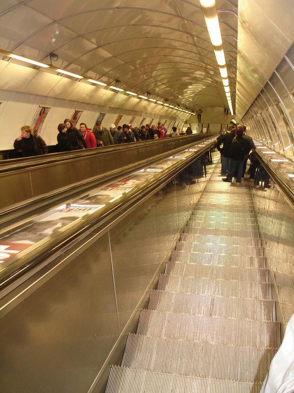 Métro : Escaliers mécaniques interminables
