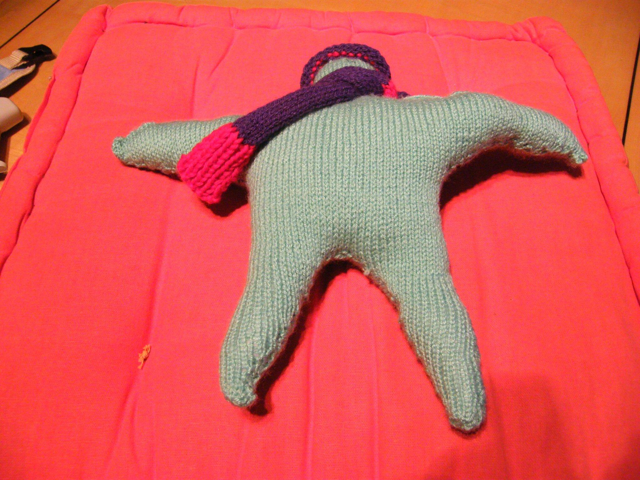 petit lutin avec son bonnet et son écharpe .