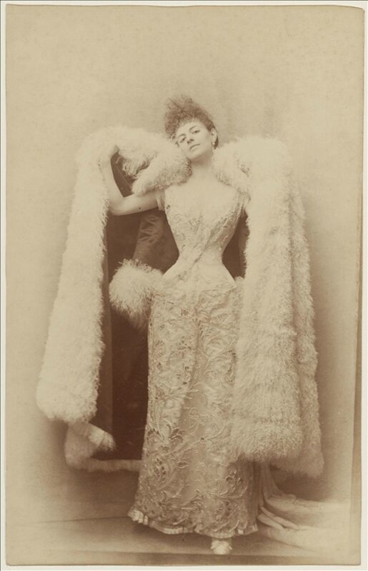 otto-la-comtesse-greffulhe-en-robe-de-bal-et-manteau-du-soir-en-cygne-1887