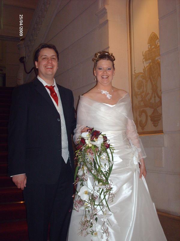 Anne-Sophie porte le collier Enyde, le pic Enyde et les bo Ange