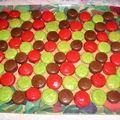 plateau de macarons framboises pistache chocolat