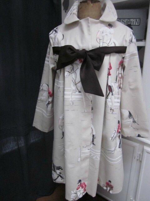 Manteau AGLAE en toile de coton beige clair imprimé chevaux de courses, fermé par un noeud de lin chocolat (2)