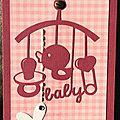 carte de naissance rose avec mobile et touche de broderie