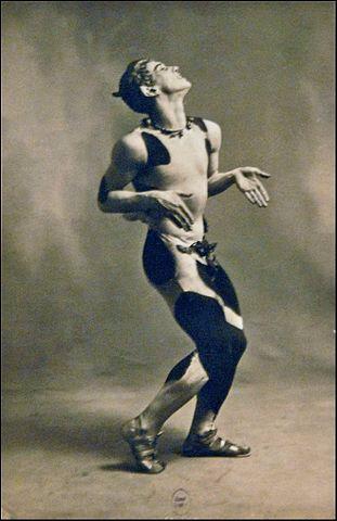 311px-Nijinsky_dans_lAprès-midi_dun_faune_(Ballets_russes,_Opéra)_(4561717830)