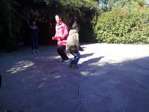 Farah et Mouad s'essaient ensemble aux sauts à la corde à sauter