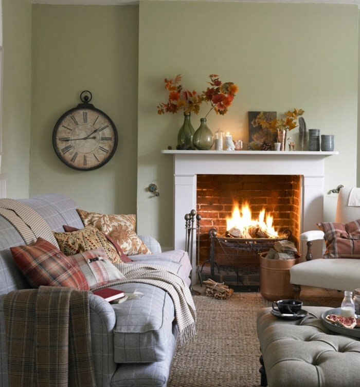 deco-campagne-cheminée-romantique-horloge-vintage-canapé-gris-coussins-multicolores-fauteuil-blanc-decoration-automnale-e1496212862100