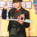 Show lo doesn't do magic tricks for girls, likes writing love letters