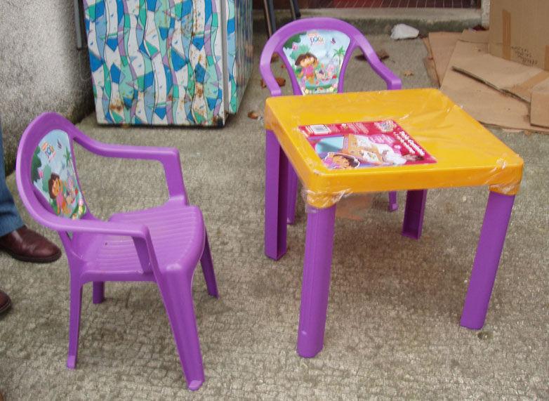 Photo L'exploratrice Ce Table2 Chaises De En Dora Moment Dans bIf6gY7yv