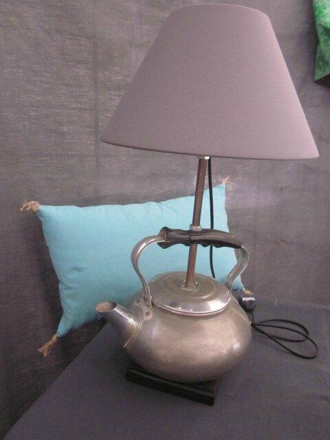 Détournement d'objet - Lampe bouilloire avec poignée bakélite noire - abat-jour gris (1)