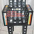 6: Cassettes vidéo = fauteuil & table basse