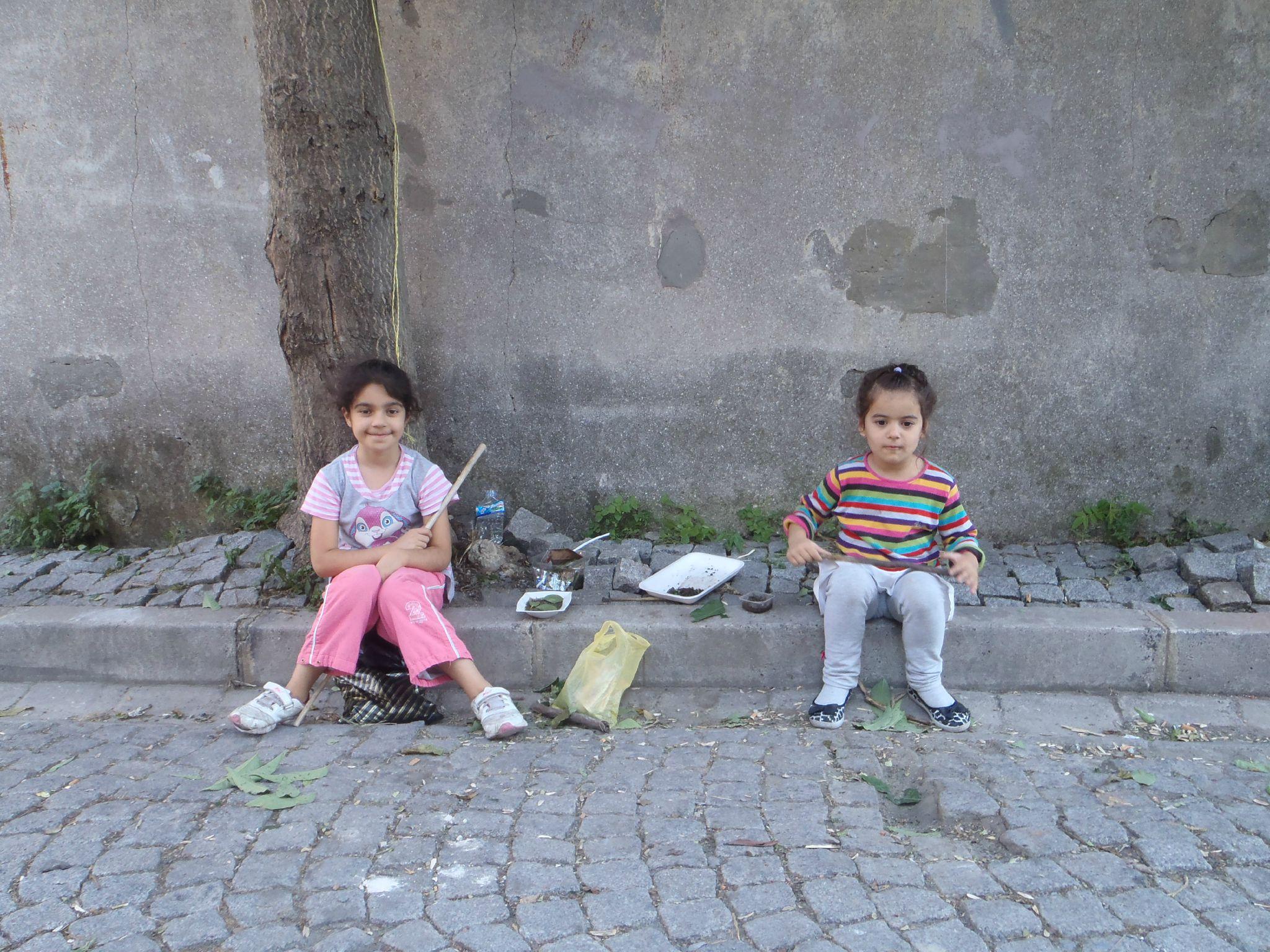 turquie istanbul : ici aussi les petites filles jouent à la dinette
