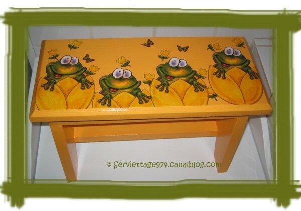 serviettage sur petit banc en bois grenouilles et tulipes. Black Bedroom Furniture Sets. Home Design Ideas