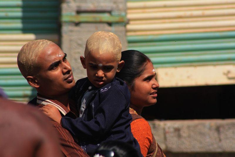 Un Hindou et son fils en pélerinage
