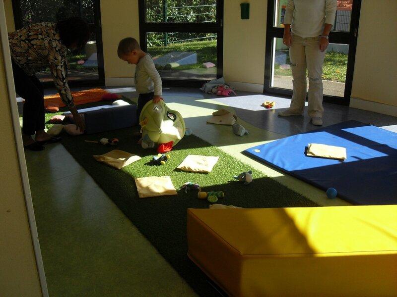 Nous avons exercer nos petits pieds sur différentes matières: doux, chaud, grattaant, moelleux,inconfortable.....table