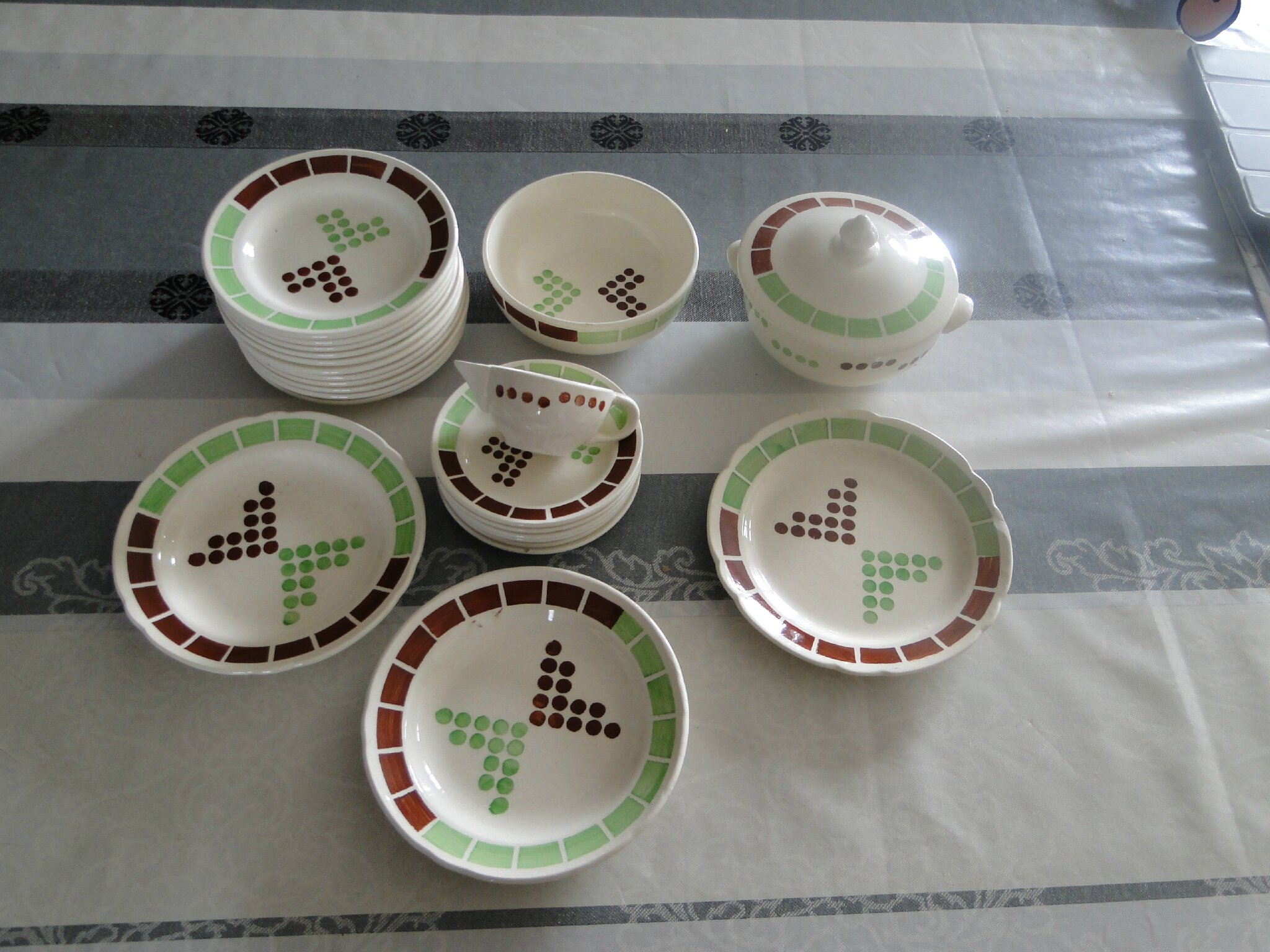 Service de table en faience fine
