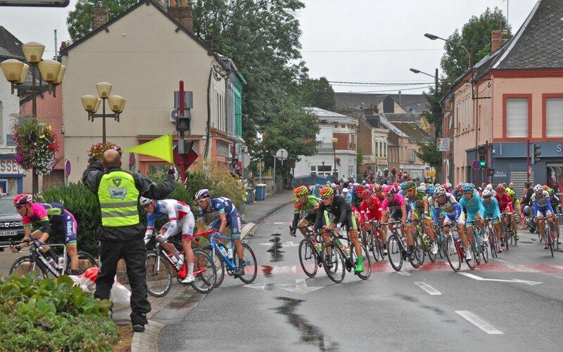 GRAND PRIX DE FOURMIES 2016 coureurs place Villemant rue 8 mai