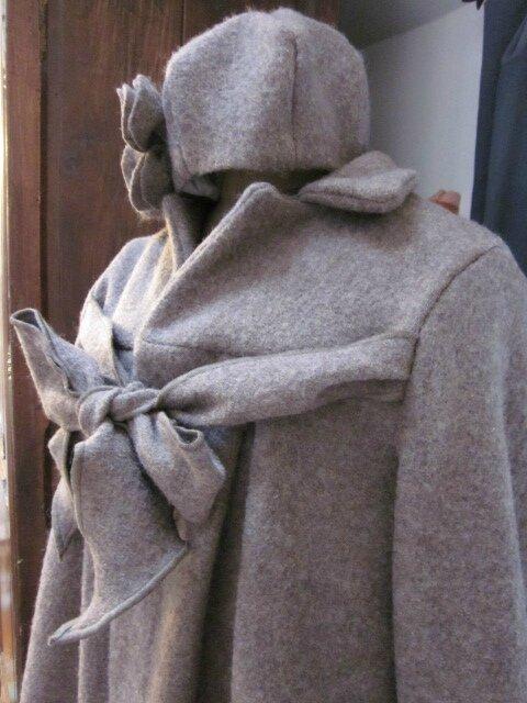 Manteau AGALE en laine bouillie beige chiné - Chapeau AGATHE en laine bouillie beige chiné avec fleur sur le côté dans le même tissu (17)