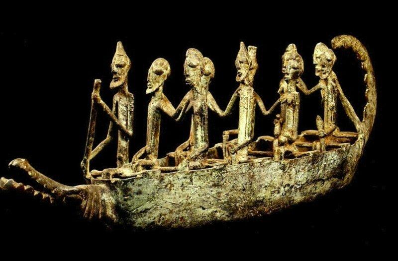 Une pirogue Dogon, en bronze.