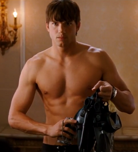 ashton_kutcher_kiss_kill_torse_nu_abdos