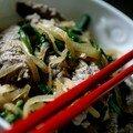 Boeuf à la japonaise, pousses d'épinard sur lit de riz