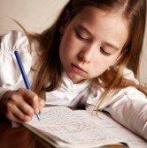20112664-enfants-a-faire-leurs-devoirs-sad-fille-qui-ecrit-reeding